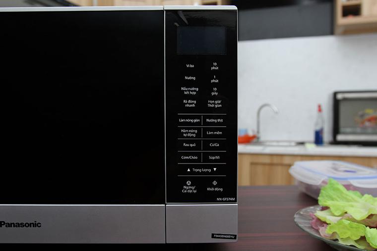 Lò vi sóng điện tử với màn hình cảm ứng hiện đại, sang trọng, nhiều chế độ để chọn lựa.