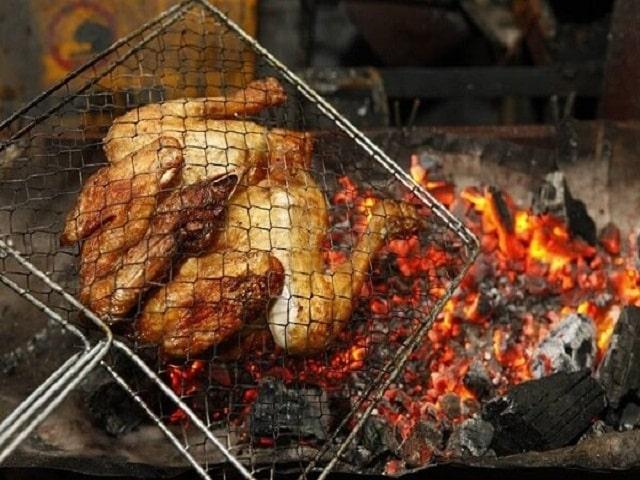 Bạn có thể kẹp gà trong vỉ để nướng với than hoa