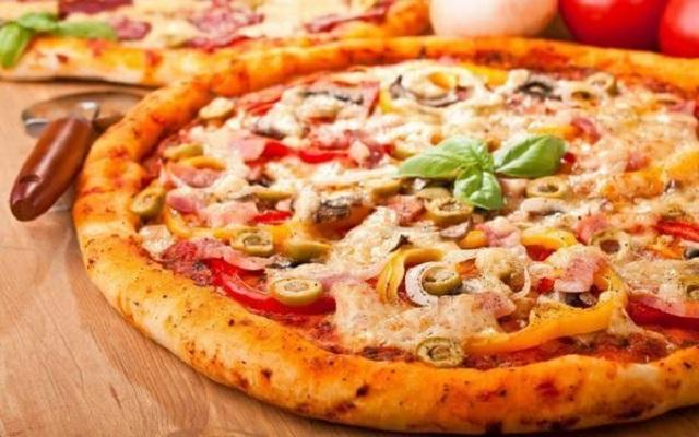 Cách làm pizza xúc xích phô mai bằng lò vi sóng