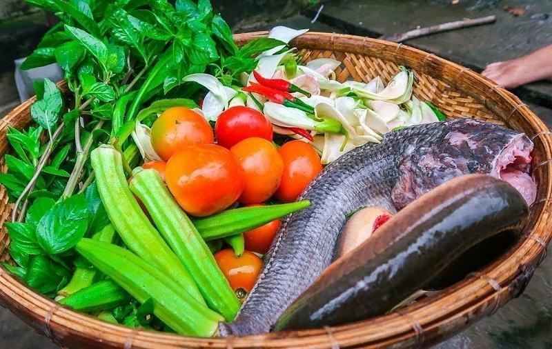 Chuẩn bị cá lóc và rau củ cho món lẩu