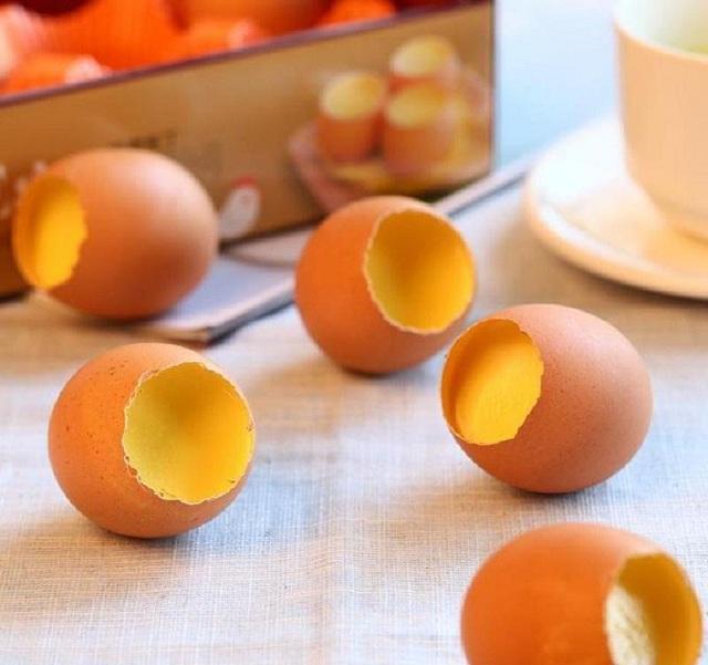 Chuẩn bị trứng gà làm nguyên liệu