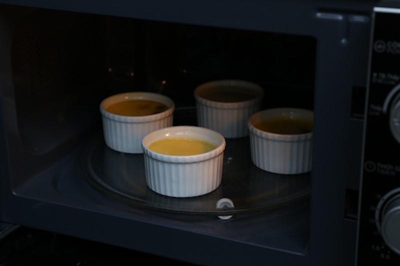 Để có cách làm bánh flan bằng lò vi sóng ngon miệng, bạn cần phải canh nhiệt độ và thời gian lò