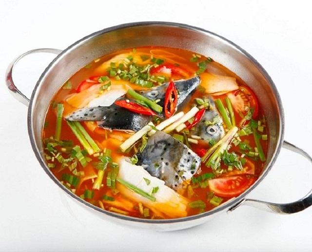 Lẩu cá hồi măng chua thơm ngon