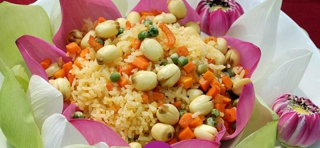 Món cơm chiên hạt sen thơm ngon