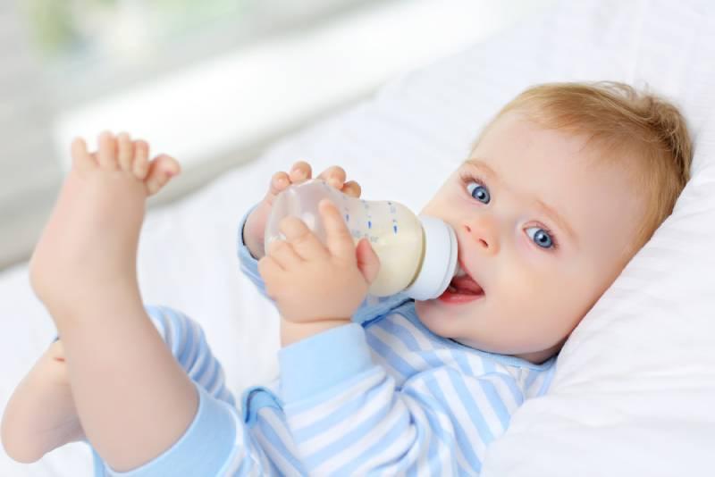 Tại sao nên sử dụng bình sữa cho bé