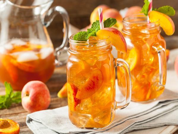 Bạn có thể học cách làm trà đào cam sả tại nhà.