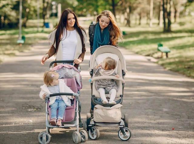 Xe đẩy em bé là vật dụng cần thiết hỗ trợ bố mẹ chăm sóc trẻ