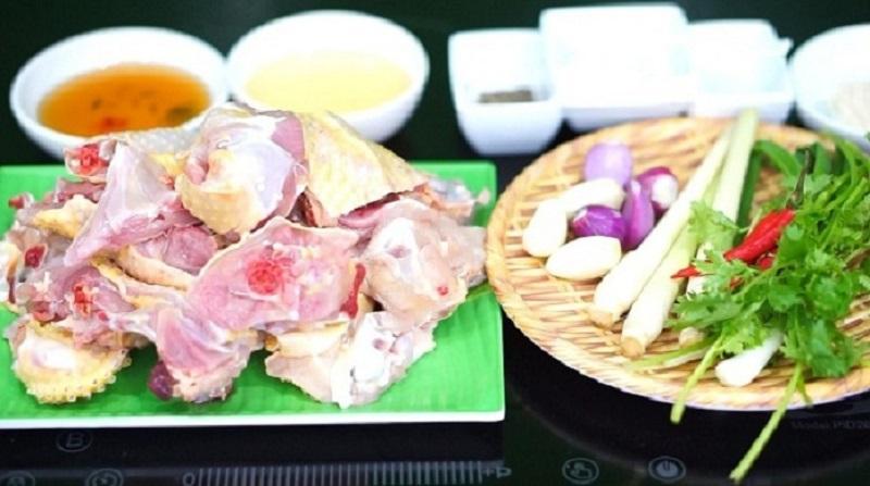 Thịt gà và các nguyên liệu sau khi sơ chế đem đi kho