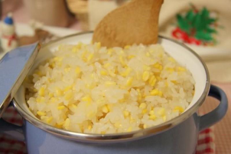 Bạn nên đồ xôi cẩn thận để hạt xôi dẻo, thơm.