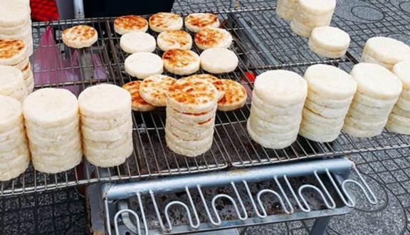 Nướng khoai mì bằng lửa than