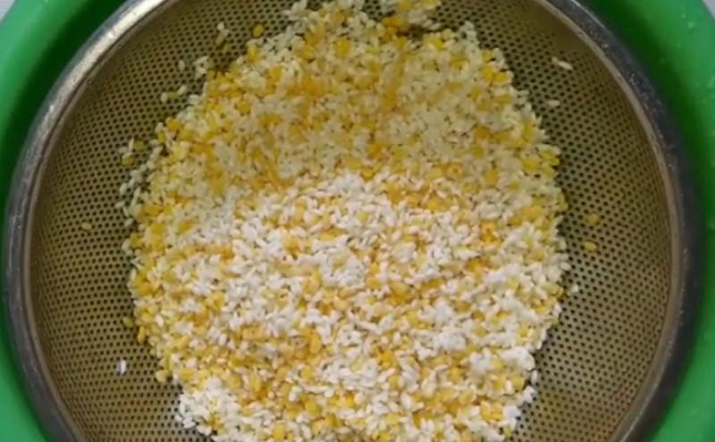 Trộn thật đều gạo và đỗ sau khi đã ngâm kỹ.
