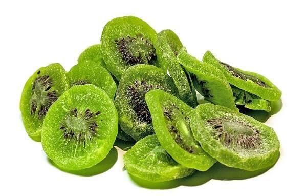 Phơi ngoài nắng để mứt kiwi ăn ngon hơn