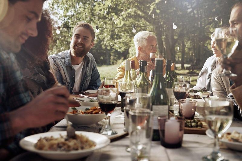 Cần thể hiện sự tôn trọng đối với người lớn tuổi trên bàn tiệc.
