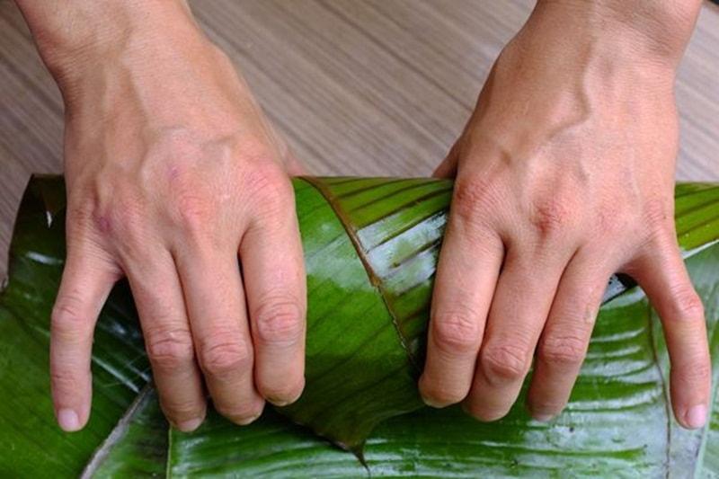 Bọc lá chuối giúp hương vị của giò chả giữ được lâu