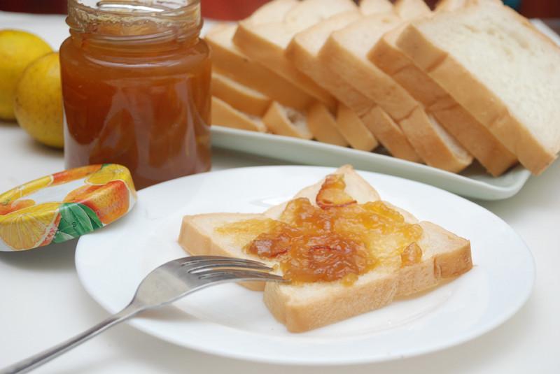 Kết hợp mứt thơm với bánh mì để món ăn thêm phần hấp dẫn.