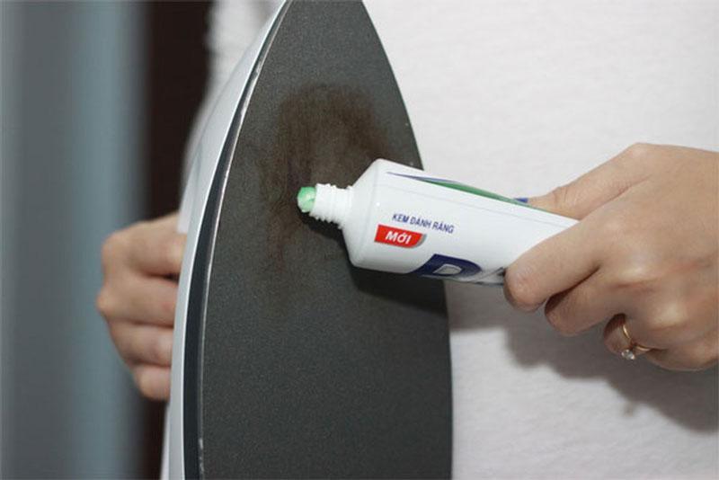 Bạn thử dùng kem đánh răng xem có tẩy sạch được vết bẩn này trên bàn ủi không?