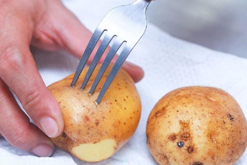 Cách nướng khoai tây bằng lò vi sóng