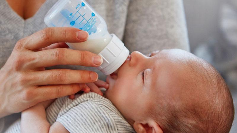 Cách sử dụng sữa mẹ được bảo quản trong tủ lạnh đúng cách