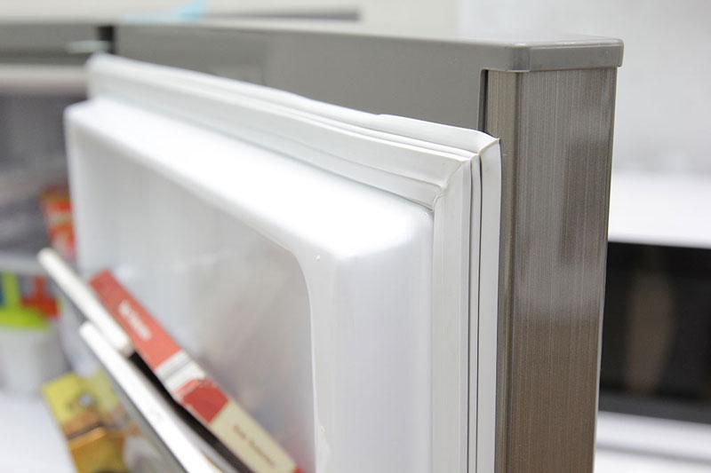 Kiểm tra viền tủ lạnh thật cẩn thận