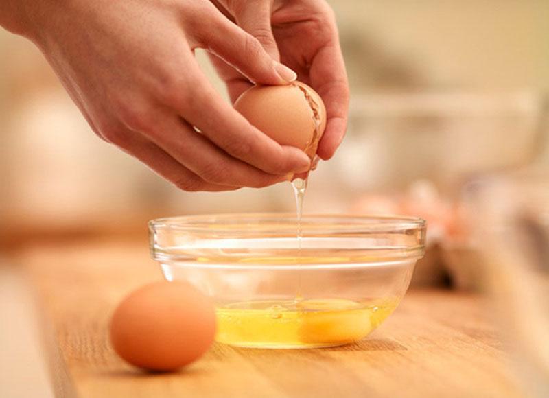 Thực hiện tách lòng trắng trứng gà
