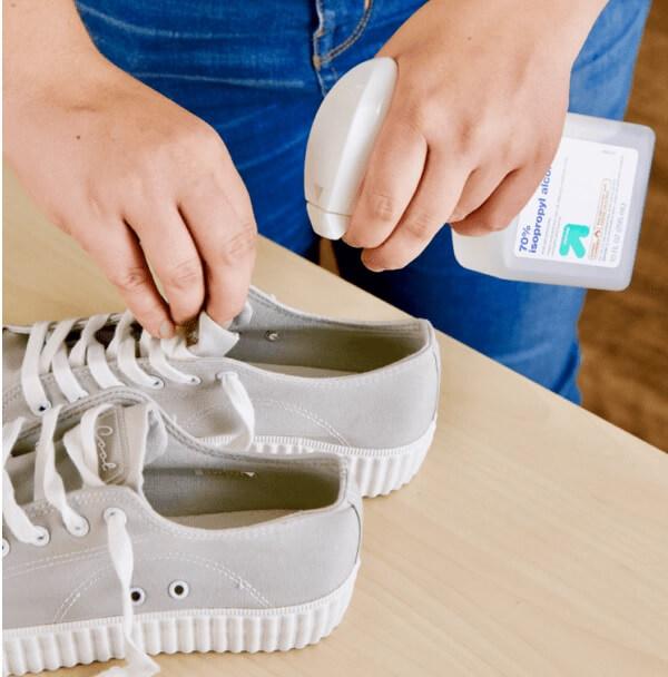 Có nên sử dụng chai xịt khử mùi giày hay không