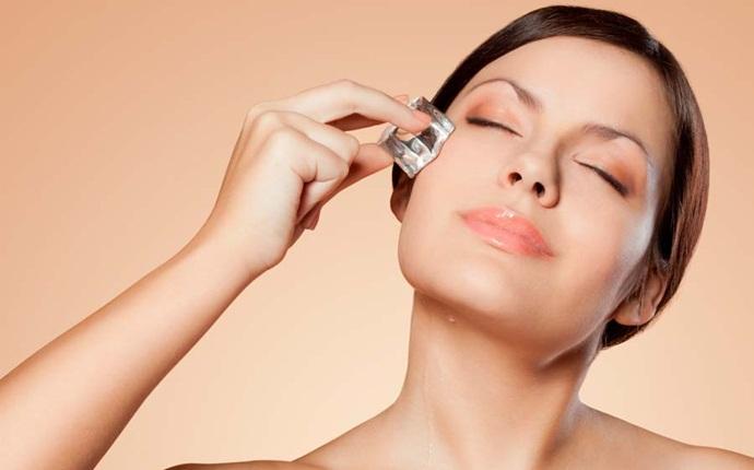 Cách làm se khít lỗ chân lông - Massage da mặt bằng đá viên