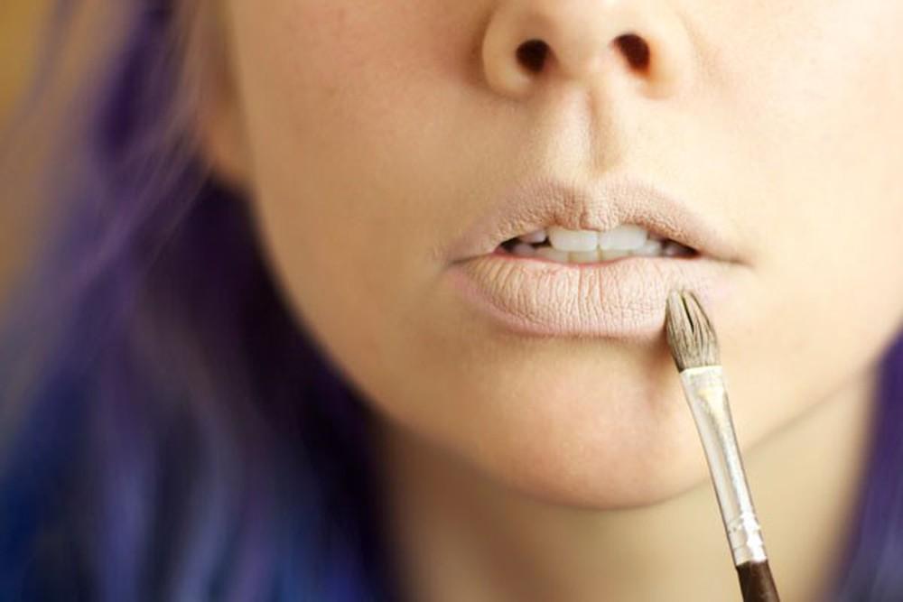 Cách sử dụng che khuyết điểm môi