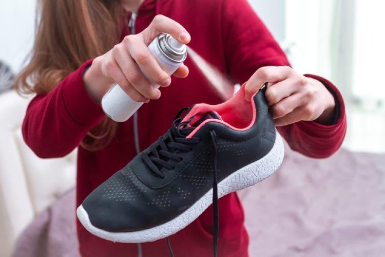 Công dụng của chai xịt khử mùi giày