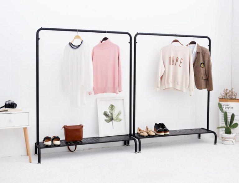 Nên chọn giá treo quần áo bằng gỗ hay bằng kim loại