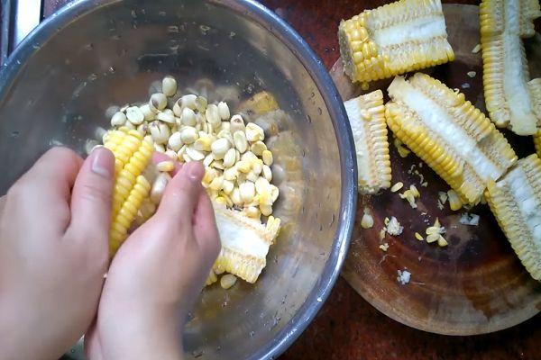 Cách làm sữa ngô kết hợp với hạt sen