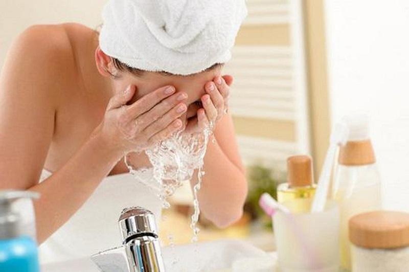 Nên rửa mặt bằng nước muối sinh lý hằng ngày