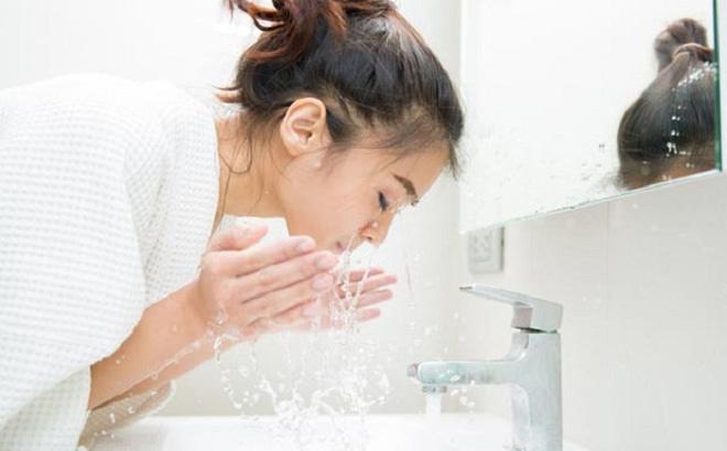 Nước muối sinh lý hỗ trợ điều trị mụn