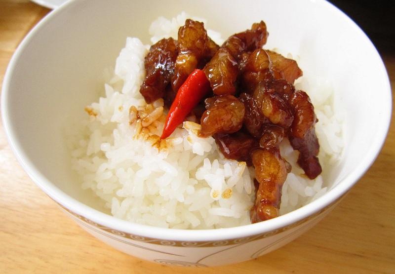 Thịt kho tiêu ăn với cơm trắng