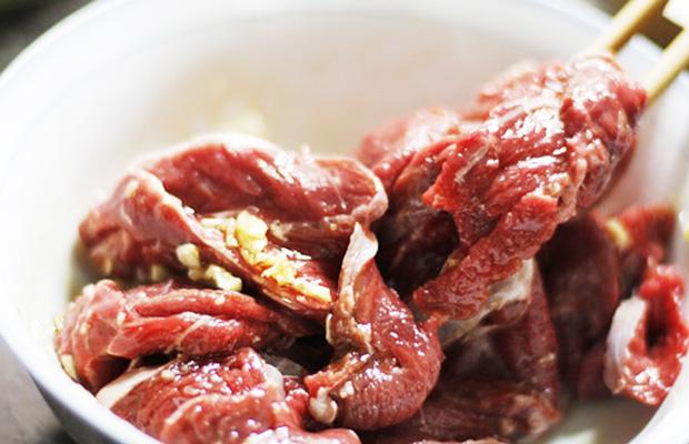 Ướp thịt bò để tăng thêm phần đậm đà cho món ăn cách làm bò nhúng dấm