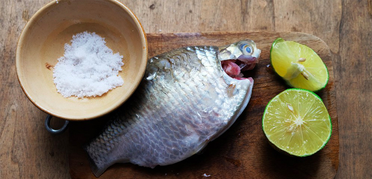 Cách dùng muối hạt khử mùi tanh của cá