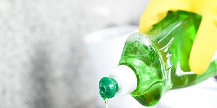 Cách tẩy vết dầu mỡ trên quần áo bằng nước rửa chén