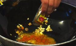 Cho thêm bột gia vị cà ri để tạo nét đặc trưng truyền thống