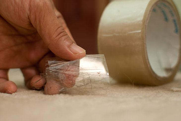 Dùng băng dính để lấy lông và mảng bám trên chăn mền trước khi cho vào lồng giặt