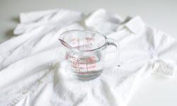 Giấm ăn có thể giúp tẩy vết lem quần áo