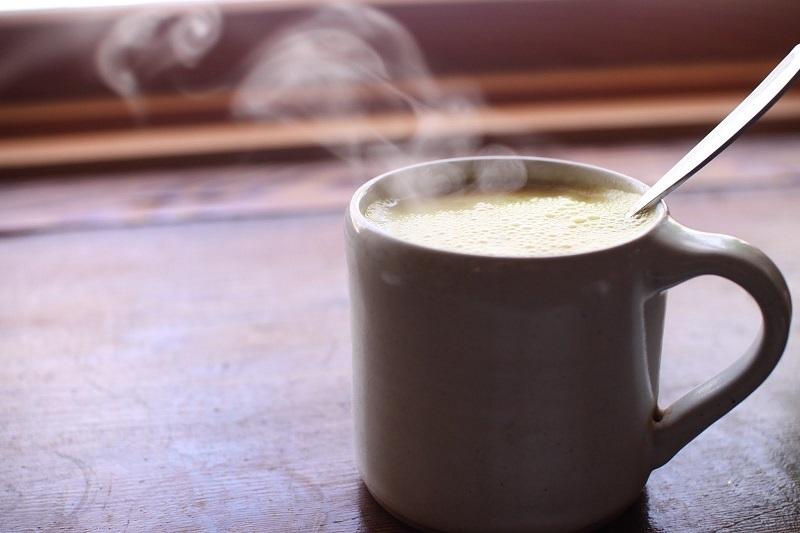 Một ly sữa nóng giúp chậm hấp thu chất cồn