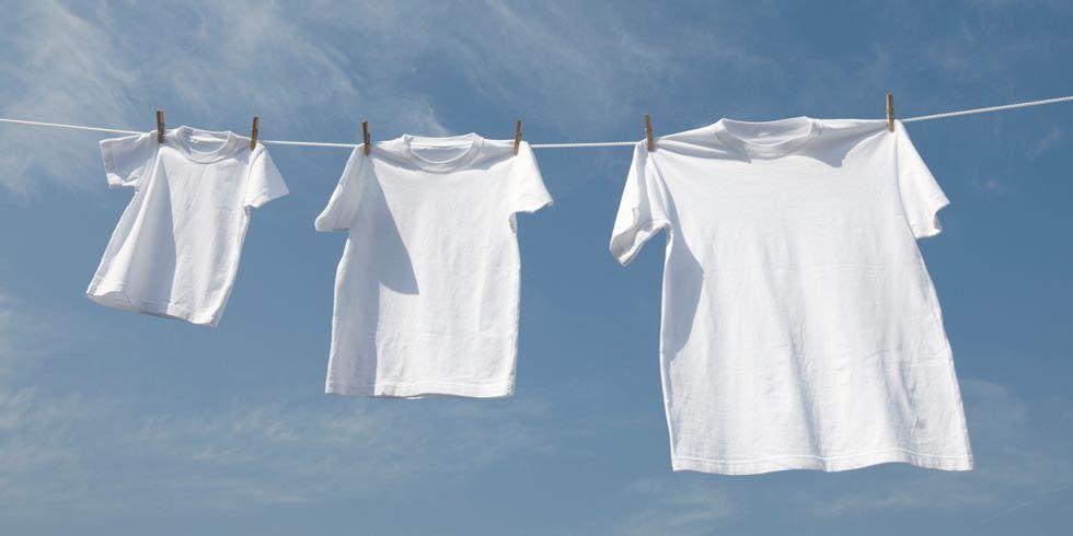 Phơi quần áo ngoài nắng để đánh bay các vết mốc bám lâu