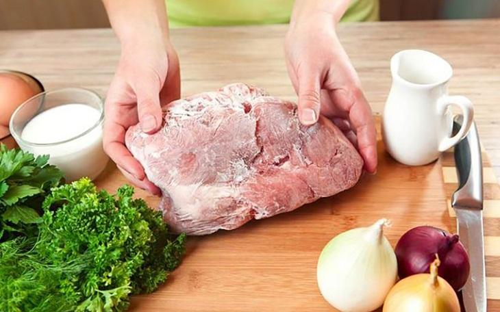 Rã đông thực phẩm không đúng cách gây hại cho sức khỏe