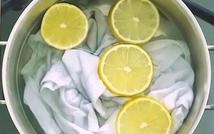 Cách tẩy quần áo bị lem màu bằng chanh tươi