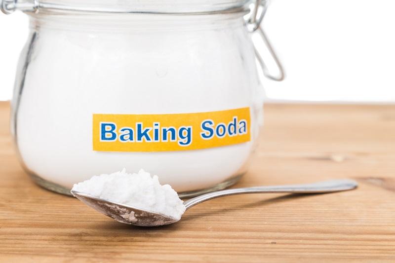Tẩy vết ố vàng trên áo trắng bằng baking soda