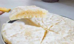 Thưởng thức bánh bò thốt nốt kèm với nước cốt dừa và hạt mè rang