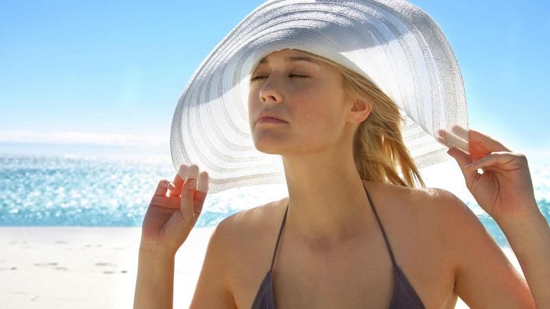 Ban ngày bạn cần bảo vệ da không bị tác động của ánh nắng mặt trời