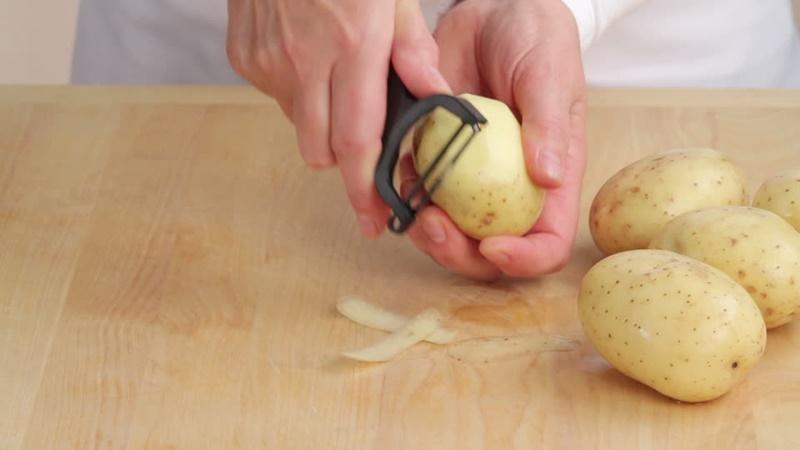 Gọt vỏ khoai tây, rửa sạch và đem đi hấp