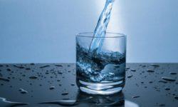 Nước lọc là thức uống đầu tiên nên bổ sung mỗi sáng