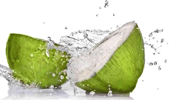 Tác dụng của nước dừa giúp giảm nguy cơ mất nước