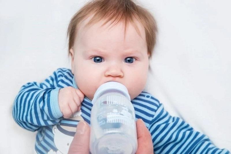 Uống nhiều nước là cách hạ sốt cho trẻ sơ sinh